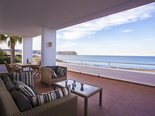 Spacious apartment a short walk away (52 m) from the 'Playa Segundo Montañar' in