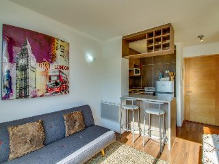 Urban apartment w/ balcony and shared pool, walking distance from bus & subway