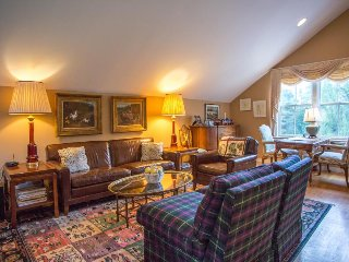 Stately condo in a rural location north of Stowe. 11 miles from Stowe Resort!