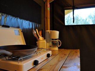 Le Camping de la Rouvre**, auprès de la Roche d'Oëtre en Normandie.