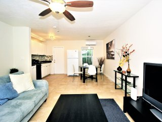 Tropical Getaway- 1.5 mi to Beach & Las Olas Blvd