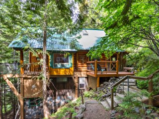 Beautiful and Private Mountainside Log Cabin - Hot Tub and 10 min from Nelson