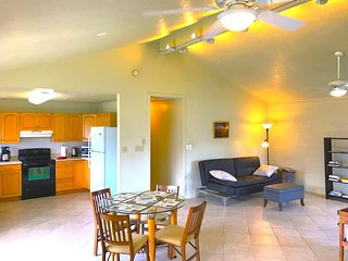Kailua, Cozy, Spacious Duplex Home, carport, yard, 30 day min.