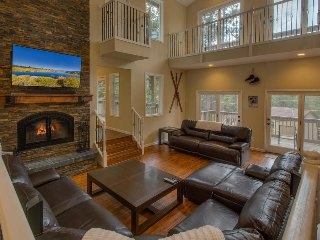 7BR Home backing forest with pool table, hot tub, ping pong - Glen Eagles Manor