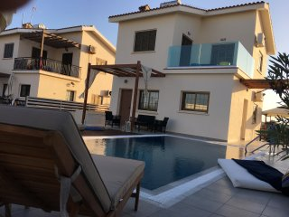 Villa Alexandra (Free wifi, private pool, 30 meters from beach)