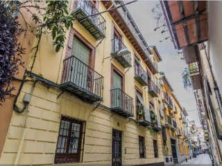 Large 4 bedroom apartment in the city center with wifi