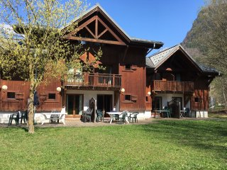 Samoens, Chalet Style Apartment- sleeps 8 -10, 4 bedrooms, 2 bathrooms, cleaning