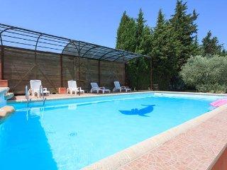 Gite avec grand jardin situe proche d'Avignon,Piscine, Wifi, a la campagne.
