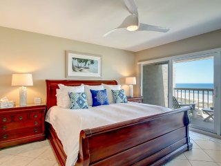 Luxurious Oceanfront Penthouse 2 King Master Suites, 3 HDTVs Pools WiFi Tennis