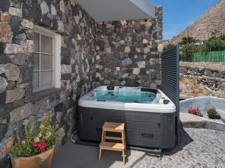 Rock Villa Myth, Bioclimatic cave, outdoor Jacuzzi, 110 sq.m, up to 4 people.