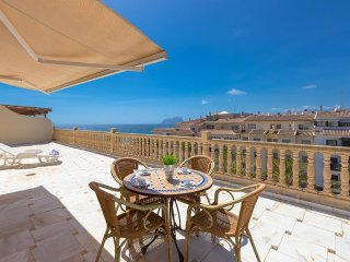 Spacious apartment a short walk away (120 m) from the 'Playa de L'Ampolla' in Mo