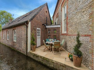 Luxury Cottage on Millstream Near Sea in Bosham, Many Spa-Like Amenities