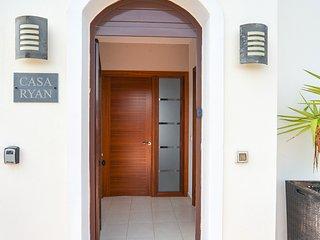 Luxury 3 bed villa, near Faro Park with sea views