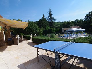 la villa est longée par une large terrasse surplombant la piscine, côté Sud