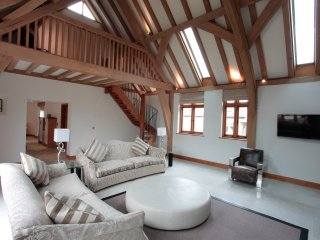 Horsham-stunning 4 bedroom Barn -Farm setting- near South Lodge Hotel
