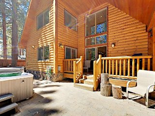 Modern 4BR Log Chalet w/ Private Hot Tub – Close to Lake, 2 Miles to