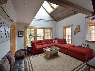Buddy's Barrel House: Pet-Friendly 3BR Apartment in Downtown Boothbay Harbor