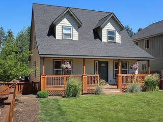 Craftsman 3BR w/ Cascade Mountain Views, Walk to Cafes and Shops