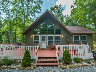 Charming cottage with outdoor fire pit & lots of community amenities!