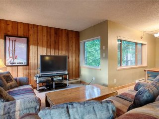 Quick walk to ski lift & downtown! Hot tub, garage parking!
