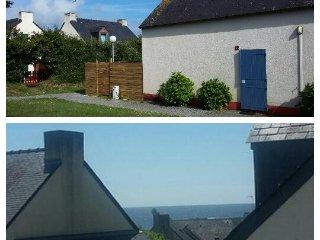 Vu de la mer à l'etage Photo de la maison avec terrain clos et sans route alentour.