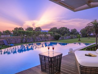Villa Elvina,Chania - WATERFRONT,PRIVATE,PEACEFUL,LUX,SPACIOUS,80M2POOL&JACUZZI