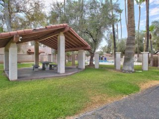 Dog Friendly, Comm. Pool, Patio w/ Grill, 3 Suites, 2 Miles to Arizona St Univ -