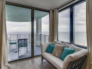 Luxury condo w/ shared pool/hot tub, gorgeous views - on the beach!