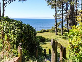 Cozy oceanfront studio w/ private deck - minutes to Cape Perpetua!