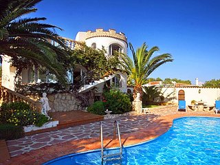 Spacious villa a short walk away (421 m) from the 'Cala Del Ambolo' in Xàbia wit