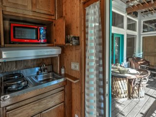 NEW! Talent Studio on Vineyard w/Shared Hot Tub!