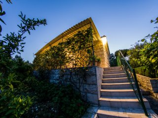Stone house with vast garden and 50m from the sea