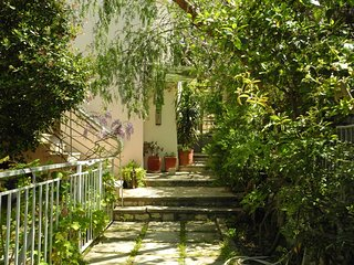 The Lovely Green Apartment, close to Athens Centre, Metro, Wifi, Free Transfer
