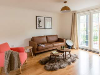 Smart 2-bed Newbury flat w/balcony