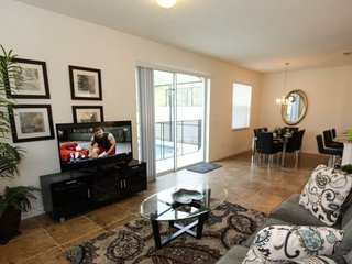 4 Bedroom 3 Bathroom Upgraded End Unit Town Home. 550LFD