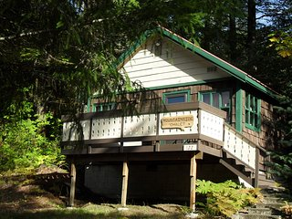 Beautiful Northwest Lodging - Mountainside Chalet (Honeymoon for 2)