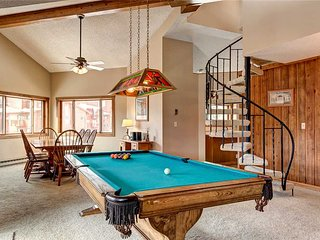* Pent-house style * ski-in condo w/pool table, sleeps 12, walk to downtown!