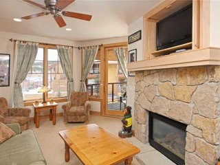 Steps from Main St & lifts! 1 bd condo w/ hot tub access!