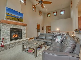 **Cavern** Luxury 4 BR Home in Donner Crest - Pool Table & Hot Tub Too!