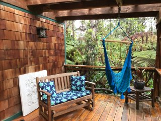 Lazy Lehua Cottage ~ Whimsical & Charming ~ Private Home