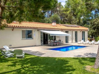 Fabulous and tranquil 4-bedroom countryside villa in Sant Feliu, 25km from