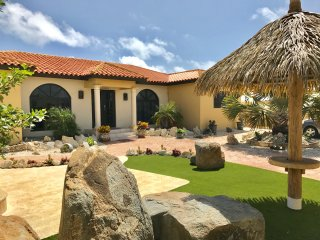 4 Bd Luxury Villa, walk to Ritz &  Marriott hotels and Palm beach