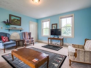 Comfortable duplex with private deck - family-friendly, dogs welcome!