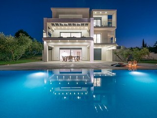 Bianca 5-Bedroom Luxurious Villa with Private Pool