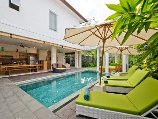 Del Mar4, 3 Bedroom Villa right by the beach, Seminyak