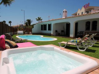 Charming Villa, Pool, Jacuzzi, unique inner courtyard, 5min beach and strip