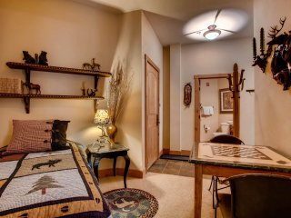 Luxury Ski-in/Ski-Out 3Br Condo. Stay Here & Kids Ski Free! ~ RA156593
