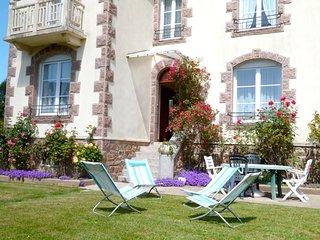 Bright house w/ furnished balcony