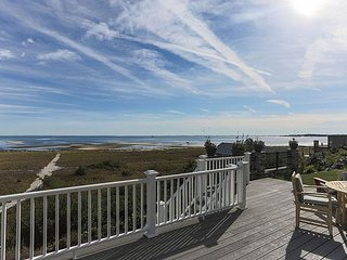 Stunning 5BR w/ View of Cape Cod Bay & Private Beach Access - Near Downtown