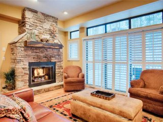Spacious townhome, walk to downtown, private hot tub!